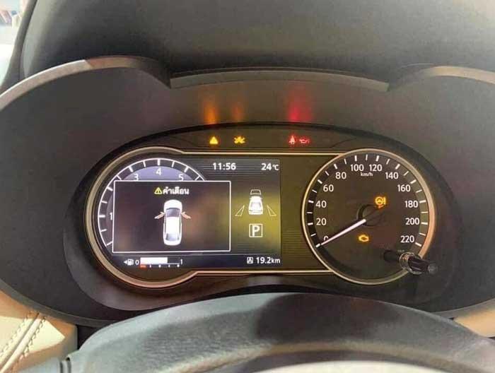 Nissan Almera ภายในห้องโดยสาร เข็มไมล์วัดรอบแบบผสม